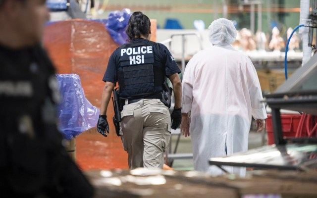 Ya fueron liberados 300 migrantes detenidos en Mississippi - Foto de Twitter @ICEespanol
