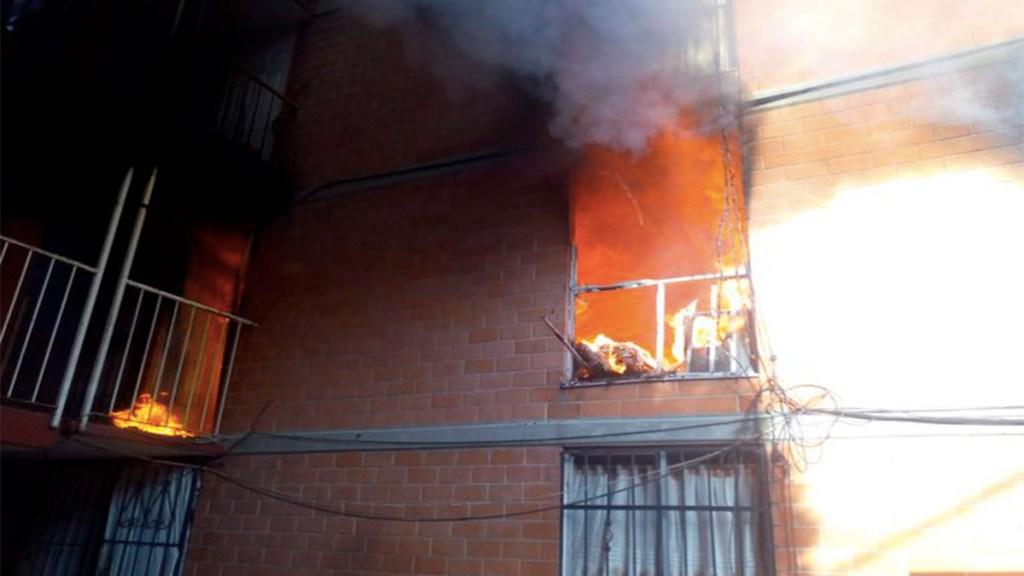 Se incendia edificio en Santa María Aztahuacán, Iztapalapa. Noticias en tiempo real