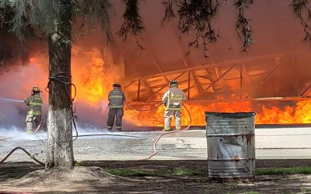 Controlan incendio en fábrica de plásticos de Morelia - Labores de bomberos en fábrica de plásticos. Foto de @michangoonga