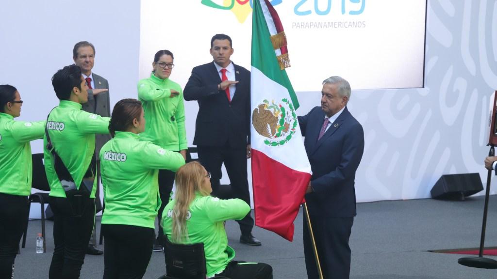Abandera AMLO a atletas parapanamericanos y anuncia apoyos - Foto de Notimex-Gustavo Durán.