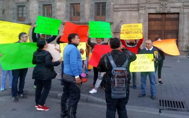 Ex empleados de Notimex se manifiestan en Palacio Nacional - Manifestación de extrabajadores de Notimex. Foto de @ElenaFl85136988