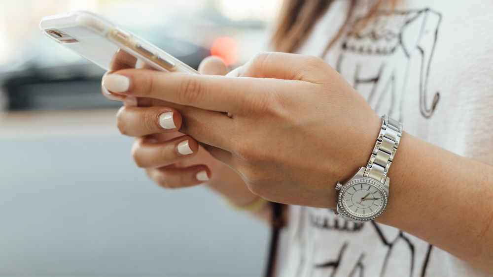 ¿Qué es y cómo funciona Pegasus? - celular pegasus espía mobile