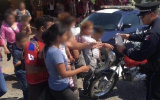 Rescatan a 99 migrantes centroamericanos que fueron abandonados en un camión en Tabasco - Foto de @vicmanolete