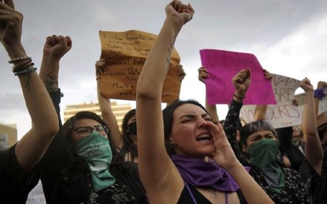 AMLO llama a manifestarse con responsabilidad y sin violencia - Mujeres en marcha feminista del 16 de agosto en CDMX. Foto de @elpaisamerica