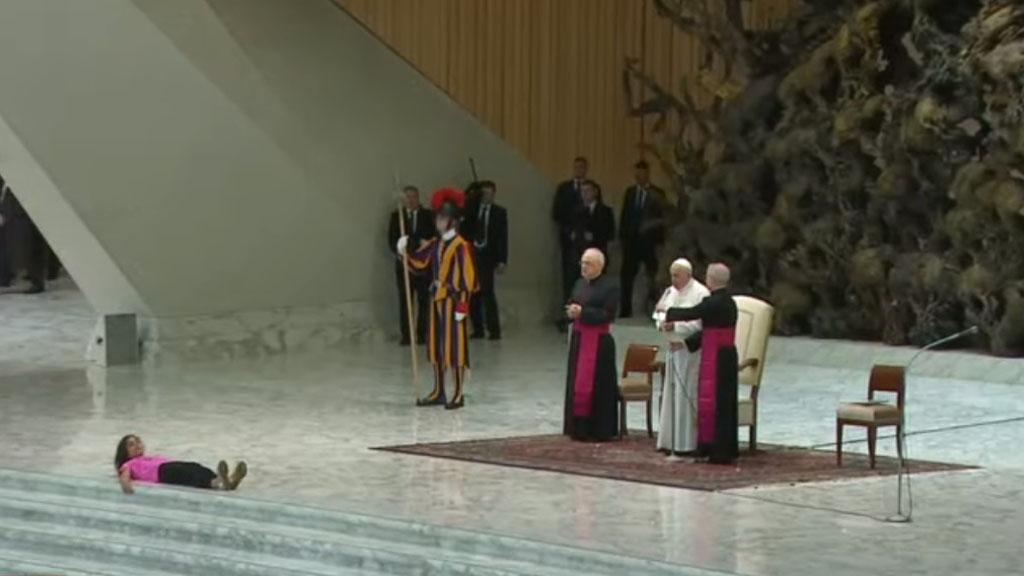 Niña en audiencia del papa. Captura de pantalla