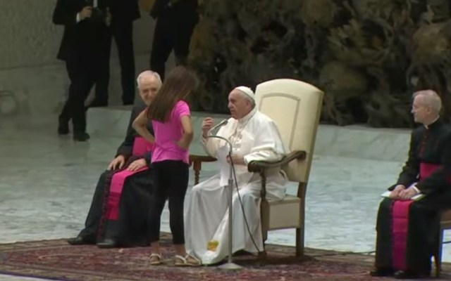 #Video Niña interrumpe audiencia del papa para bailar - Niña frente a Papa Francisco. Captura de pantalla