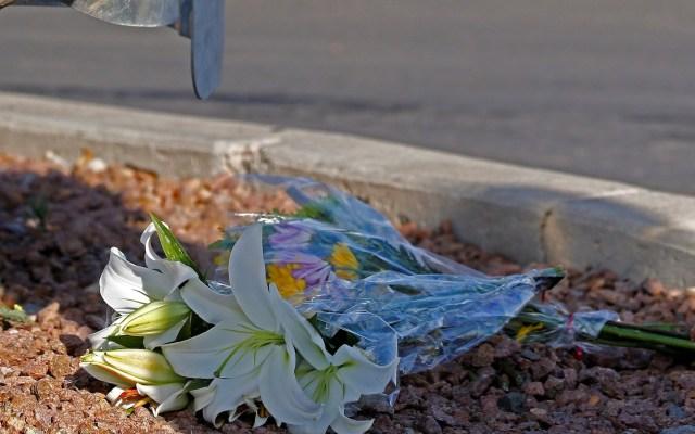 Autoridades de diversos países manifiestan solidaridad a México tras masacre en El Paso - Flores colocadas en el suelo cerca de la escena de un tiroteo masivo en un Walmart en El Paso, Texas, EE. UU. Foto de EFE/ EPA/ LARRY W. SMITH.