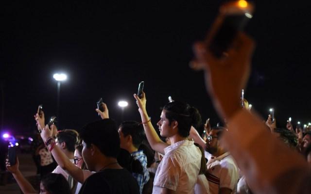 Periódicos de Texas dedican sus portadas a tiroteo en El Paso - Decenas de personas se reunieron en la linea fronteriza de El Paso para orar por las víctimas del tiroteo de este 3 de agosto. Foto de EFE