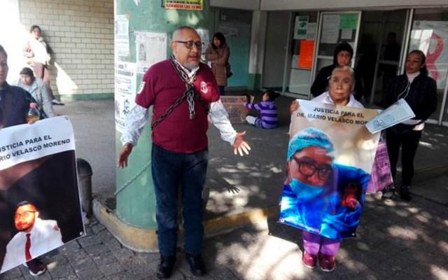 Padre de médico muerto se encadena a hospital para exigir justicia - padre médico muerto