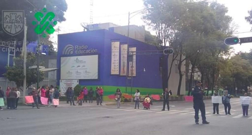 Padres de familia bloquean Eje 6 Sur por cierre de internado - Foto de @OVIALCDMX