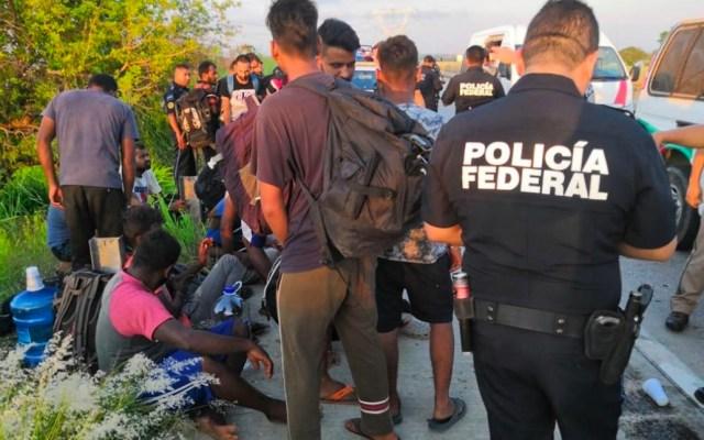 Rescatan a 65 migrantes asiáticos en carretera de Veracruz - migrantes