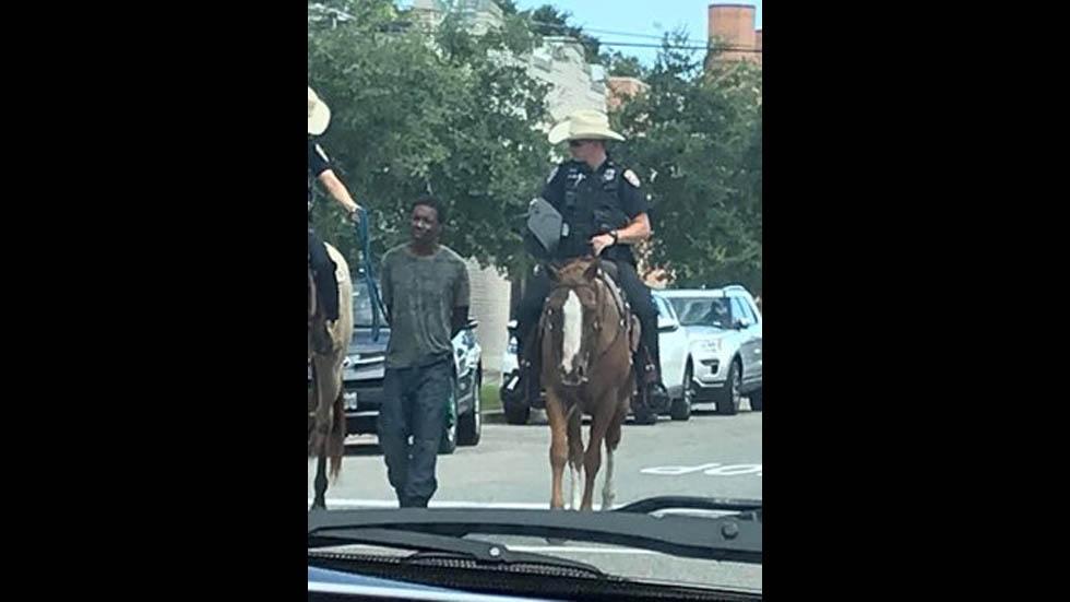 Policía montada de Galveston se disculpa por llevar a negro detenido atado - Policía Montada Galveston Texas