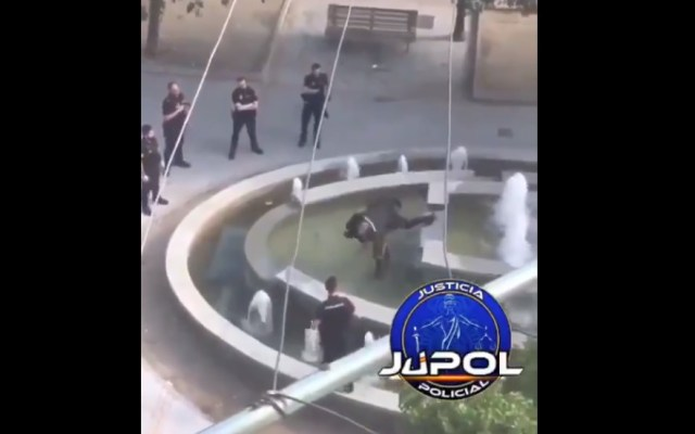 #Video Policía de Madrid taclea a hombre que amenazaba con machete - Policía taclea a africano en Madrid. Captura de pantalla / JUPOL