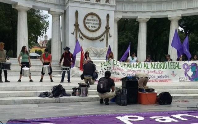 Feministas piden no desatar cacería de brujas por protestas - Protesta en favor del aborto legal en el Hemiciclo a Juárez. Foto de @LaIzqDiarioMX