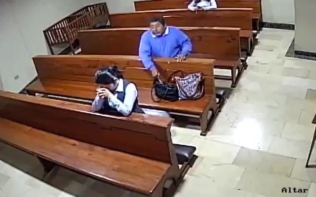 #Video Hombre roba a feligrés en iglesia - Robo de celular en iglesia de Guayaquil. Captura de pantalla
