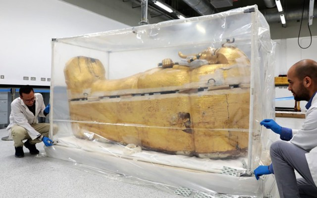 Gran Museo Egipcio presenta sarcófago de Tutankamón - Intervención de la tumba dorada de Tutankamón. Foto de @moantiquities