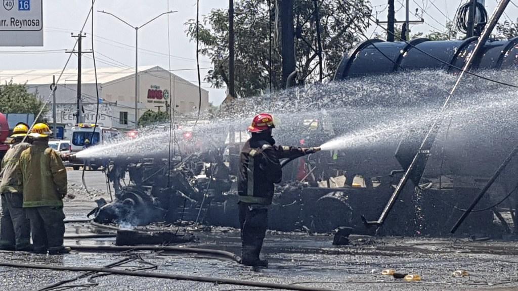 Controlan explosión de pipa en Nuevo León - Servicios de emergencia atendiendo explosión de pipa. Foto de @PC_NuevoLeon