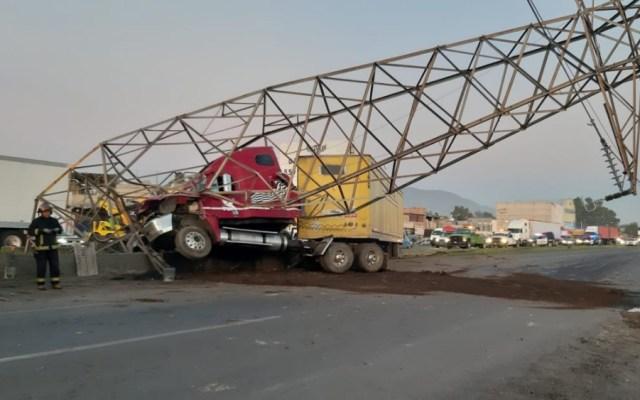 Tráiler derriba torre de luz en la carretera Lechería-Texcoco - tráiler poste de luz texcoco