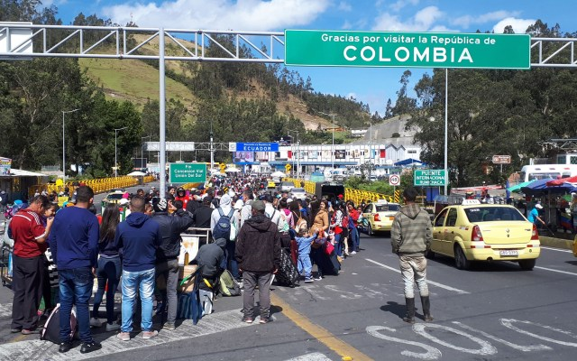 Miles de venezolanos abarrotan la frontera entre Colombia y Ecuador - Venezolanos en frontera de Colombia con Ecuador. Foto de EFE