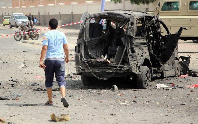 Ataque contra mercado en Yemen deja 10 muertos y 22 heridos - Yemení pasa junto a automóvil destruido en el sitio de un ataque con coche bomba que tuvo como objetivo una estación de policía en la ciudad portuaria del sur de Adén, Yemen. Al menos 40 miembros del personal de seguridad y personas murieron en dos ataques. que apuntaba a instalaciones de seguridad en la ciudad de Adén, controlada por el gobierno. Foto de EFE/ EPA/ NAJEEB ALMAHBOOBI.