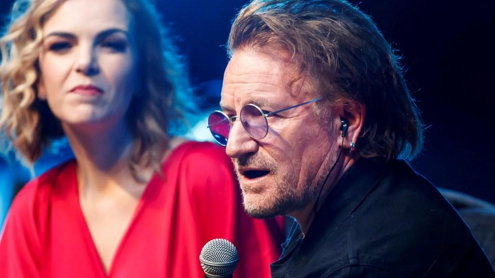 """El narcotráfico es """"una carga muy injusta para México"""", señala Bono de U2 - El cantante Bono, de la agrupación irlandesa U2, participó este viernes en el Foro Fundación Telmex, en Ciudad de México. Foto de EFE."""