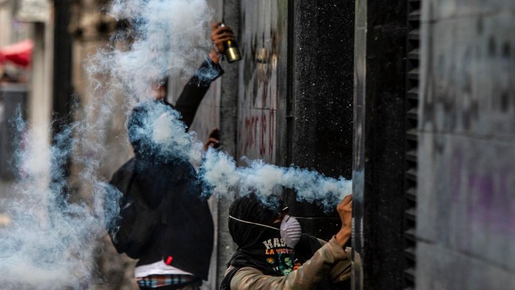 No es anarquismo sino conservadurismo: AMLO sobre vandalismo en Ciudad de México - Actos vandálicos en un edificio sobre Avenida Juárez tras marcha de Ayotzinapa. Foto de Notimex