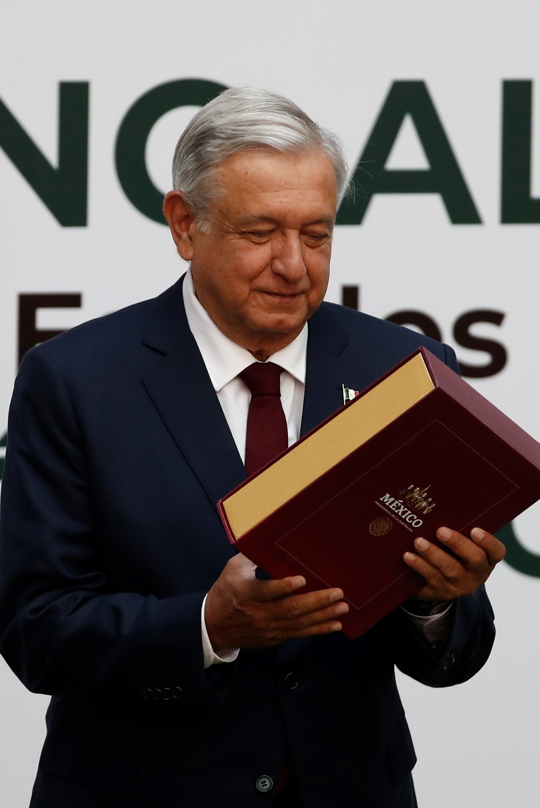 El presidente de México, Andrés Manuel López Obrador, presenta este domingo su primer informe de gobierno, en el Palacio Nacional, en Ciudad de México (México). Foto de EFE/José Méndez