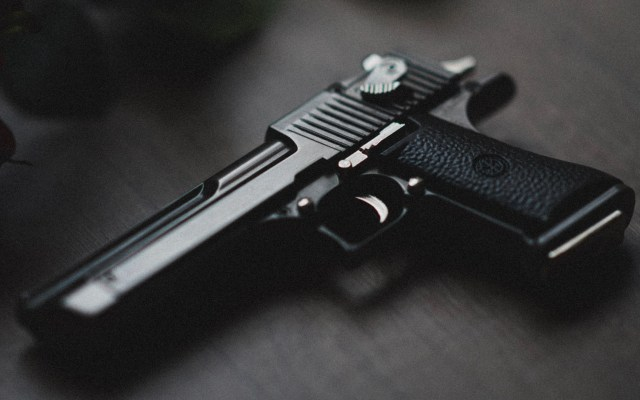 Presuntos miembros del CJNG amenazan y violan a mujer en Xochimilco - Arma de fuego. Foto de Kenny Luo / Unsplash