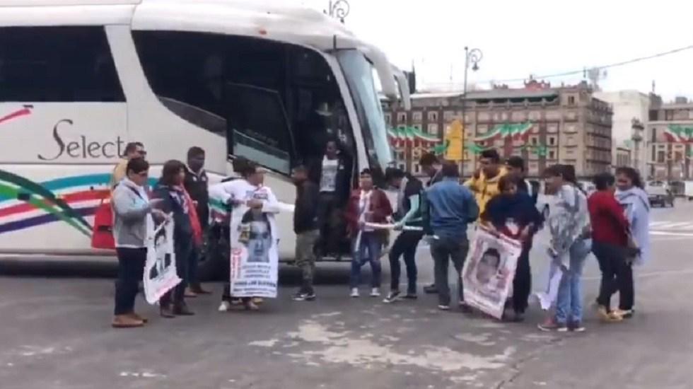 Padres de los 43 normalistas de Ayotzinapa se reúnen con Gertz Manero - Arribo de padres de los 43 normalistas de Ayotzinapa a Palacio Nacional. Captura de pantalla / @EfektoTv