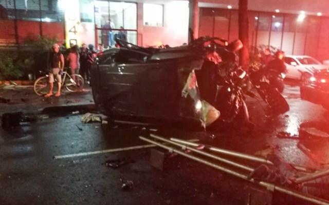 Cae auto del segundo piso de Periférico; hay un muerto y dos heridos - Un muerto y dos heridos tras caer auto del segundo piso de Periférico