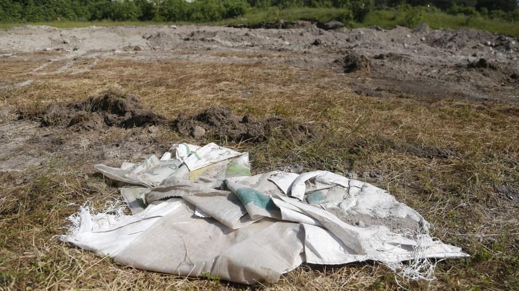 Suman 44 cuerpos recuperados de fosa clandestina en Zapopan - Bolsas con restos humanos en fosa clandestina de Zapopan. Foto de EFE