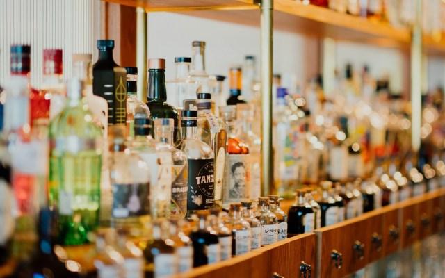 Impuesto a bebidas alcohólicas sí disminuye consumo: académico - Botellas de alcohol. Foto de Chuttersnap / Unsplash