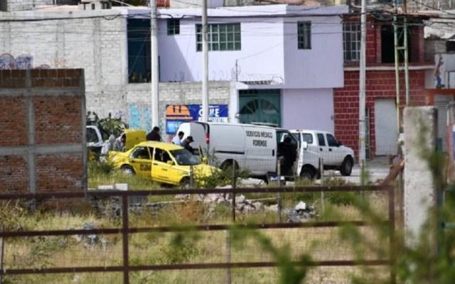 Hallan cadáver de hombre en taxi robado en Querétaro - Cadáver dentro de taxi robado en Querétaro. Foto de El Queretano