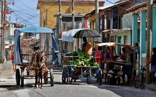 """Cuba provee alimentos a sus hoteles con """"tracción animal"""" - Carretas en Cuba. Foto Archivo / EFE"""