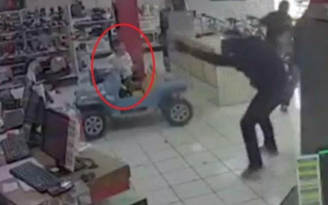 #Video Guardia mata a asaltante en casa de empeño en Puebla; niño quedó en medio de balacera - Foto de Noticieros Televisa