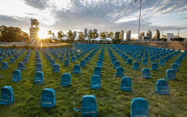 Recuerdan a niños muertos en guerras con cementerio de mochilas escolares - Cementerio de mochilas montado por la Unicef. Foto de @UNICEF
