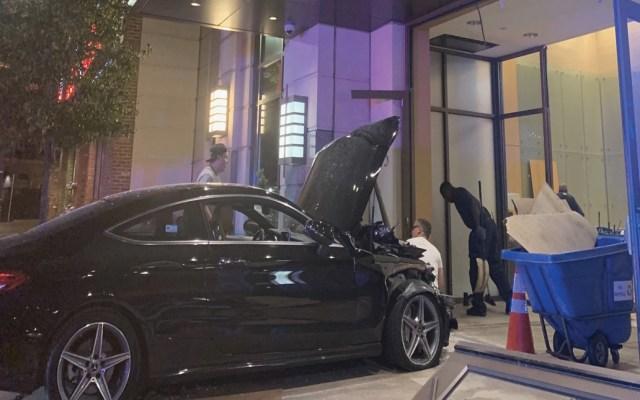 Auto choca contra edificio de departamentos de Donald Trump - Foto de @JLaytonTV