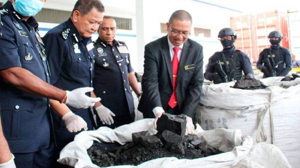 Decomisan 12 toneladas de cocaína en sacos de carbón en Malasia - Cocaína mezclada con carbón. Foto de Sinarharian