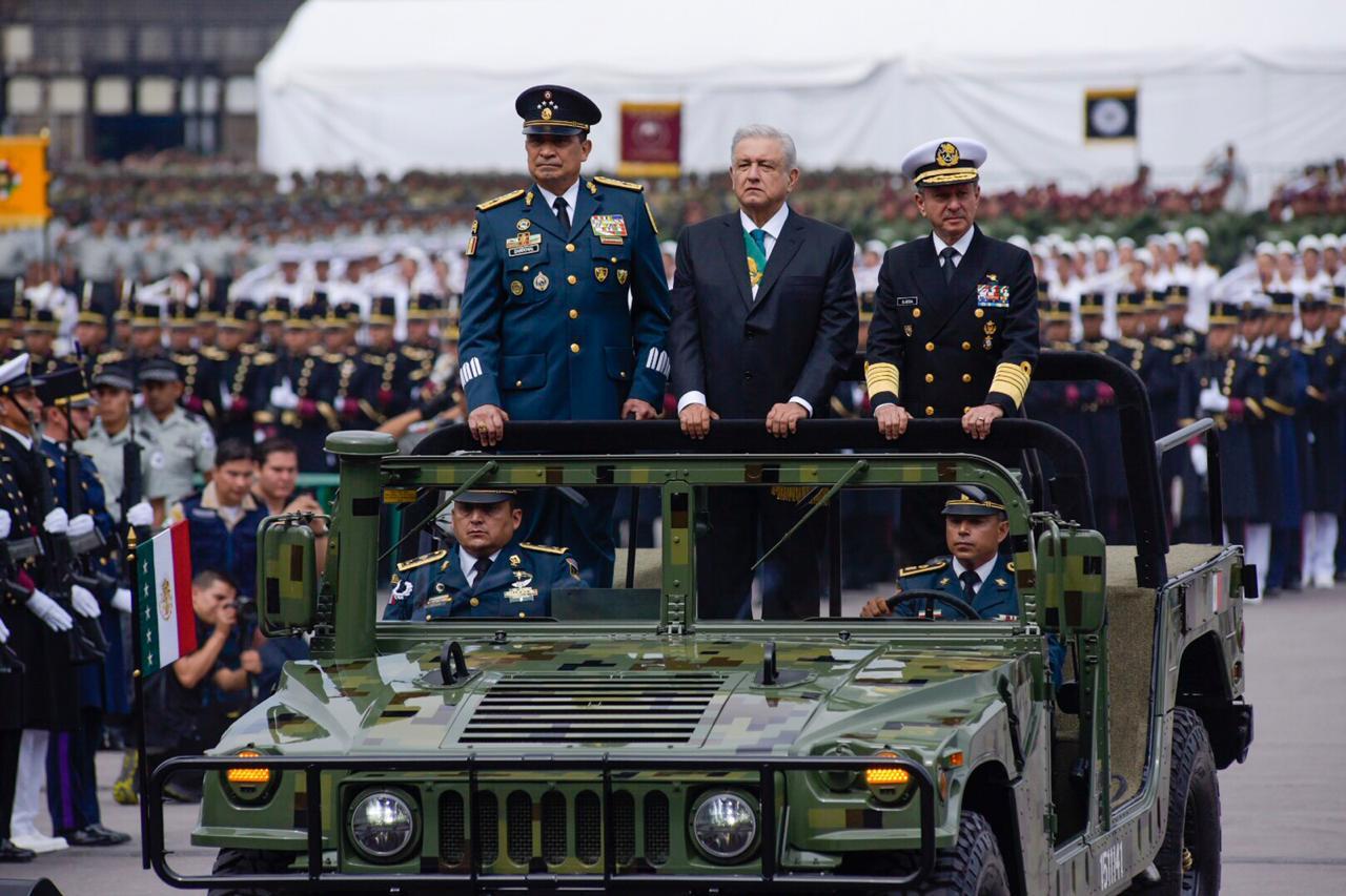 Resultado de imagen para INICIA EL DESFILE MILITAR CON AMLO