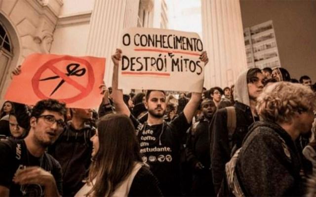 Estudiantes marchan de negro en Brasil contra políticas de Bolsonaro - estudiantes marcha bolsonaro