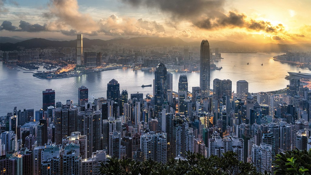 Fitch rebaja la calificación de Hong Kong tras meses de protestas - fitch baja la calificación de hong kong