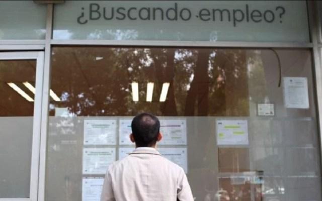Desocupación aumenta 0.3 por ciento anual en agosto - Hombre buscando empleo. Foto de El Economista