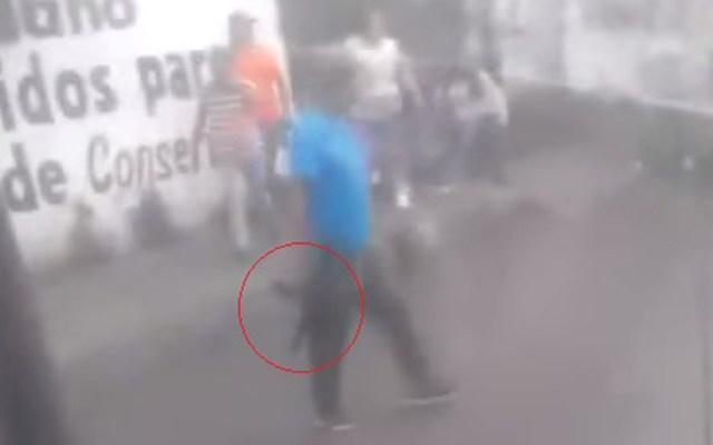 #Video Dispara subametralladora para dispersar riña en CDMX - Hombre con subametralladora en Xochimilco. Captura de pantalla