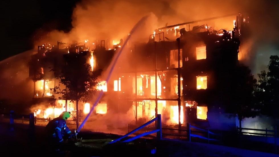 Incendio consume edificio residencial en Londres - Incendio de edificio residencial en Londres. Foto de @LondonFire