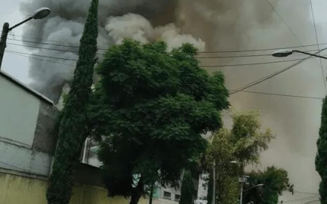 Controlan incendio en bodega de Eje 6 Sur - Foto de @Marisol_Tea
