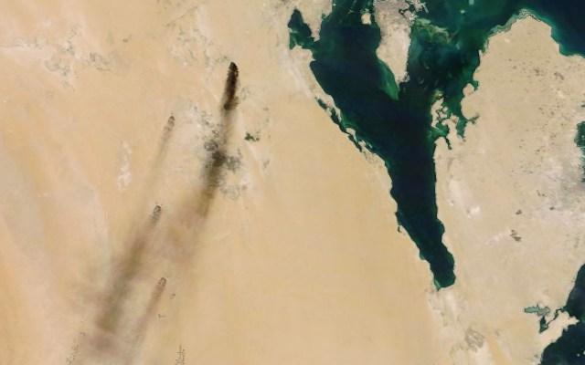 Irán califica acusaciones de EE.UU. como pretexto para tomar represalias - Incendio en petrolera saudí, ocasionado por ataque con drones. Foto de NASA