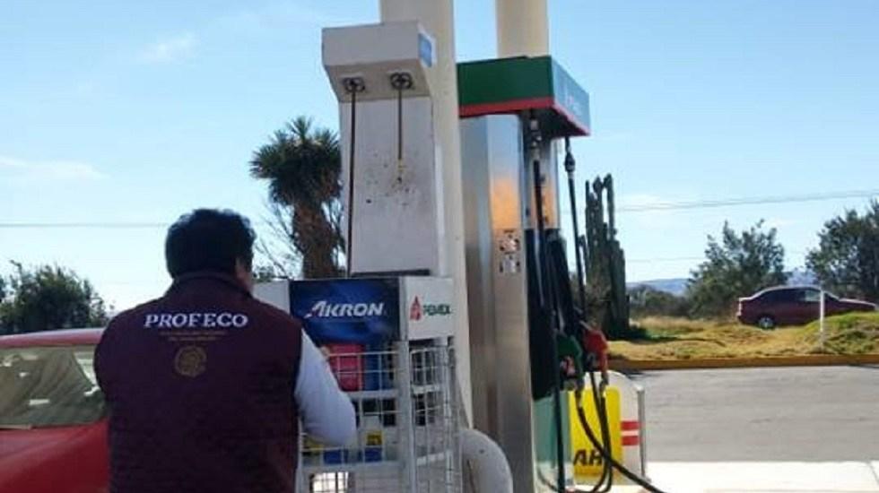 Clausuran gasolineras que negaron venta de combustible a fuerzas de seguridad en Nuevo Laredo - Inspección de Profeco en gasolinera. Foto de @ProfecoOficial