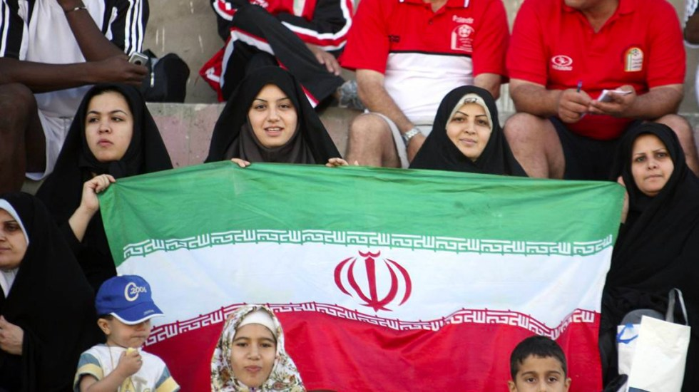 FIFA lamenta muerte de mujer iraní que se inmoló por no permitirle entrar al estadio - Mujeres iraníes en estadio de futbol
