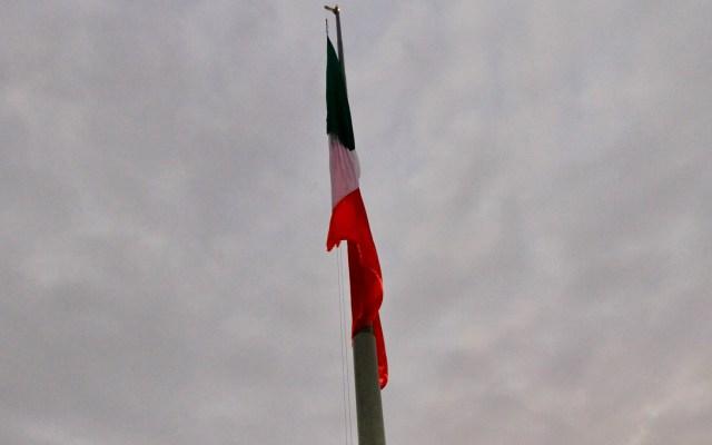 Recuerdan a víctimas de los sismos de 1985 y 2017 - Izamiento de la bandera nacional a media asta con motivo de los sismos de 1985 y 2017. Foto de Notimex-Javier Lira