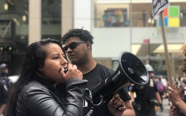 Protestan en tienda de Microsoft en EE.UU. por contrato con migración - Miembro de Movimiento Cosecha en protesta frente a tienda de Microsoft. Foto de @CosechaMovement